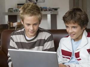 Des adolescents devant le PC