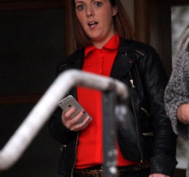Lorraine sort du tribunal après avoir plaidé coupable sur l'envoi de photos nues.