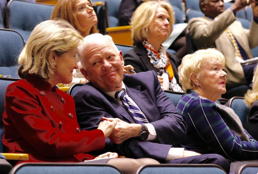 Le sénateur Kay Bailey Hutchison à gauche, reçoit une poignée de main de félicitations du milliardaire pétrolier Ray Hunt , au centre, après que le conseil municipal de Dallas a voté de ne pas autoriser l' expo porno Exxxotica à revenir au centre des congrès du centre ville.