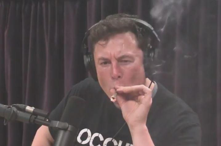 Elon Musk a fumé de l'herbe à la caméra lors d'un podcast en direct au début du mois.