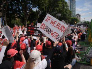 Des manifestantes demandent au gouvernement sud-coréen de réprimer des crimes perpétrés avec des caméras espion, lors d'un rassemblement à Séoul le 7 juillet (AFP / Getty Images)