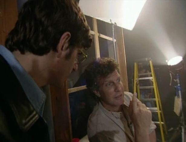Le réalisateur Paul Thomas explique à Louis comment obtenir le cliché parfait