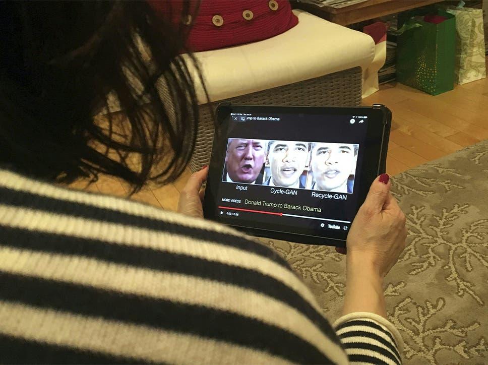 """Une femme de Washington, DC, regarde une vidéo manipulée le 24 janvier 2019, qui change ce qui est dit par le président Donald Trump et l'ancien président Barack Obama, illustrant à quel point la technologie deepfake peut tromper les téléspectateurs. - Les vidéos """"Deepfake"""" qui manipulent la réalité deviennent de plus en plus sophistiquées et réalistes en raison des progrès de l'intelligence artificielle, créant un potentiel pour de nouveaux types de désinformation aux conséquences dévastatrices."""